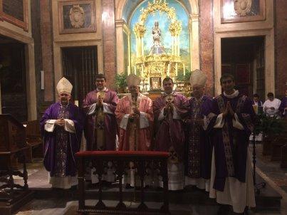 Foto obispos y sacerdotes y diácono ordenados